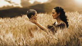 300 &#8211; Lena Headey With Boy In Field